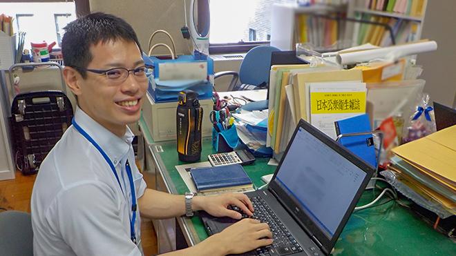 パソコンを操作する滝医師