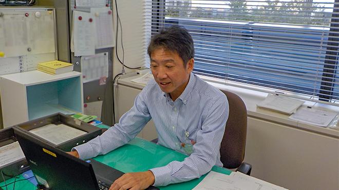 パソコンを操作する山田所長