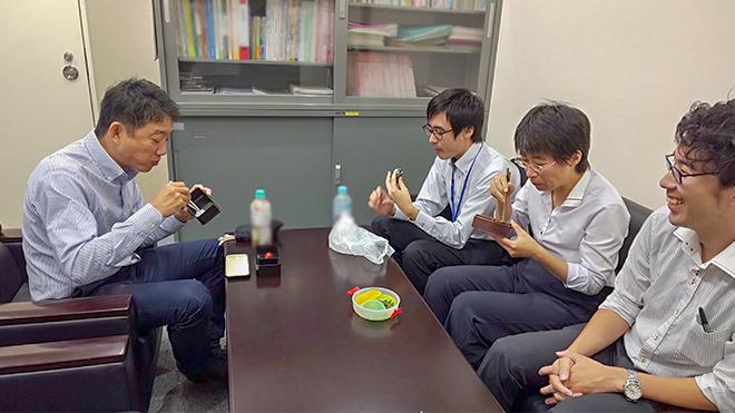 山田所長が職員と昼食をとる様子