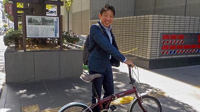 自転車で登庁する山田所長